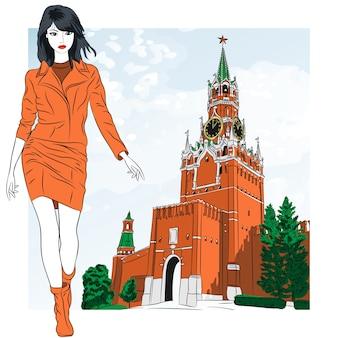Hermosa chica de moda con la torre spasskaya del kremlin de moscú, rusia, vista desde la plaza roja