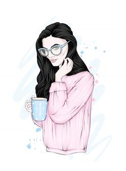 Una hermosa chica con el pelo largo con gafas y un suéter calentito.