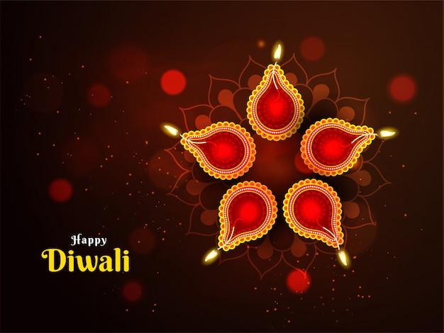 Hermosa decoración con motivo del festival de diwali con lámparas de aceite iluminadas (diya)