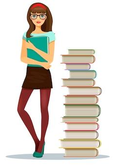 Hermosa joven estudiante con gafas agarrando un archivo de notas de pie junto a libros apilados
