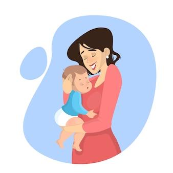 Hermosa madre sosteniendo a bebé y sonriendo