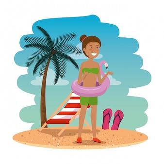 Hermosa mujer afro con flotador flamenco en la escena de la playa