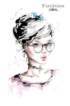Hermosa mujer joven en anteojos