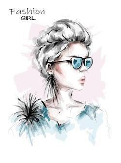 Hermosa mujer joven en gafas de sol