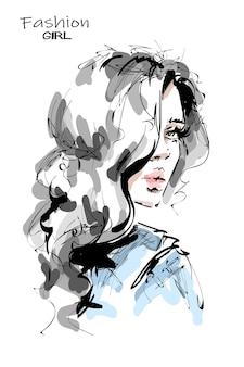 Hermosa mujer joven con largo cabello rubio