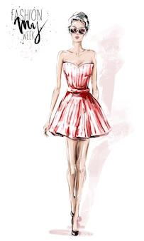 Hermosa mujer joven en vestido rojo.