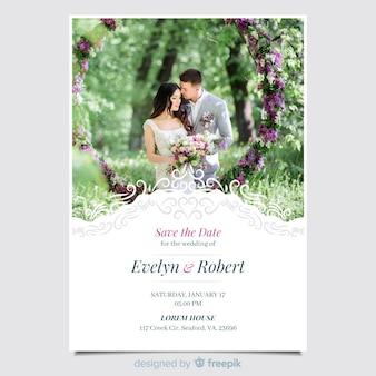 Hermosa plantilla de invitación de boda ornamental con foto