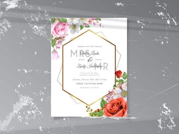 Hermosa plantilla de tarjeta de invitación de boda con rosas rojas y rosadas dibujadas a mano