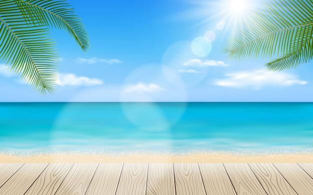 Hermosa playa con elementos de mesa de madera.