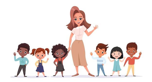 Hermosa profesora de pie con sus alumnos sonriendo y saludando. retrato de compañeros de clase de la escuela primaria junto con el maestro.