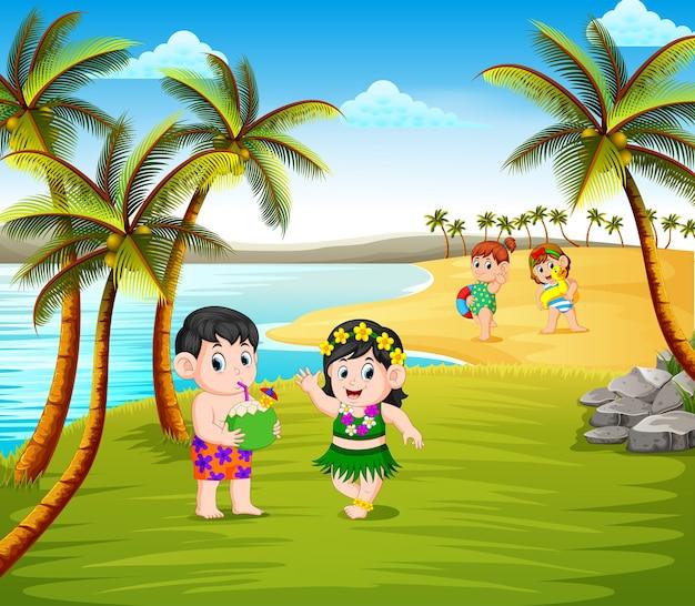Hermosa temporada de verano en la playa con los niños usando el disfraz de hawai.