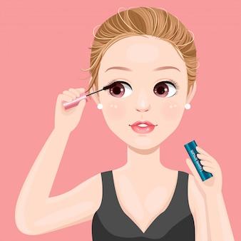 Hermosas mujeres se maquillan con rímel.
