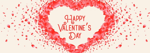 Hermoso corazón hecho con tarjeta de día de san valentín de pétalos de rosa