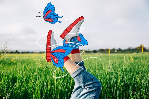 Hermosos zapatos deportivos con mariposas dibujadas a mano.