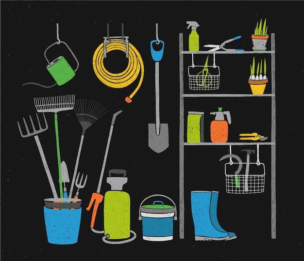Herramientas de jardinería dibujadas a mano y plantas en macetas almacenadas en estanterías, de pie y colgando junto a él sobre fondo negro.
