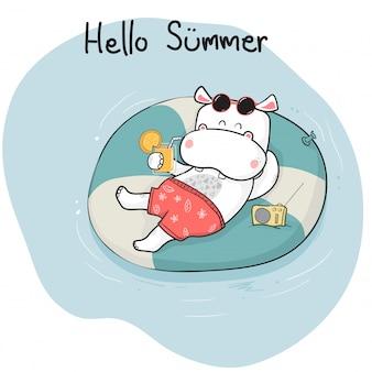 Hipopótamo feliz del doodle lindo de la historieta en breve que miente en el anillo de vida en el mar, tiempo de verano