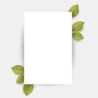 Hoja de papel blanco en blanco y hojas verdes frescas de primavera