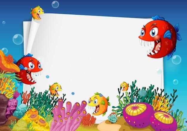 Hoja de papel en blanco con personaje de dibujos animados de peces exóticos en la escena submarina