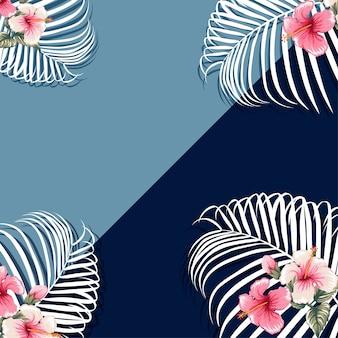 Las hojas de palma y el hibisco rosado florece el fondo azul.
