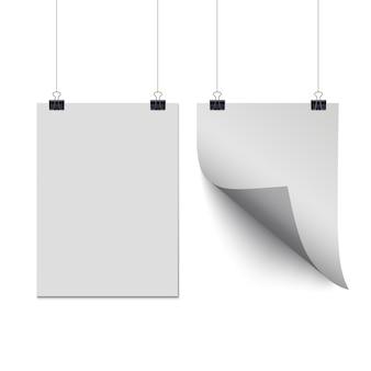 Hojas de papel blanco colgando de clips de papel aislados