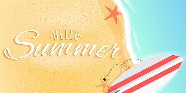 Hola banner web de verano. tabla de surf en la playa. estrella de mar y mar de marea.
