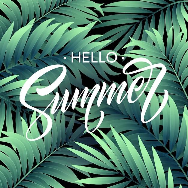 Hola cartel de verano con hojas de palmeras tropicales y letras escritas a mano.