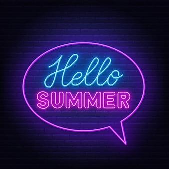 Hola letras de neón de verano en la pared de ladrillo.
