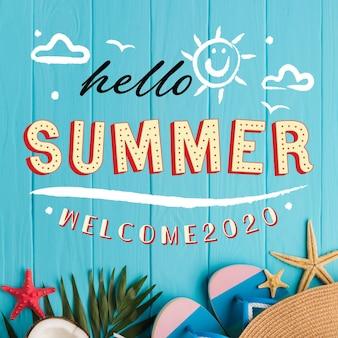 Hola letras de verano con elementos esenciales de playa