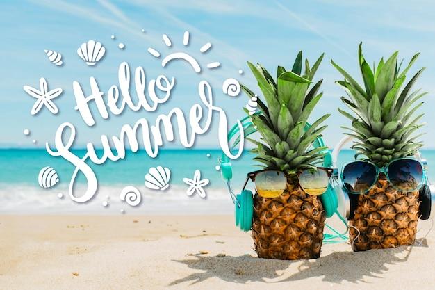 Hola letras de verano con piñas en la playa