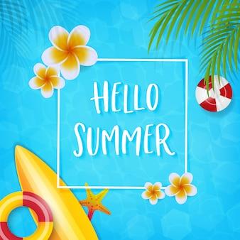 Hola texto de verano, hojas de coco y accesorios de playa de verano.