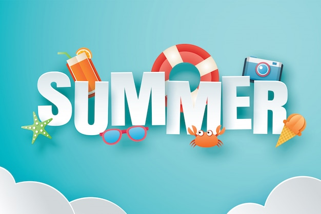 Hola verano con decoración de origami sobre fondo de cielo azul.