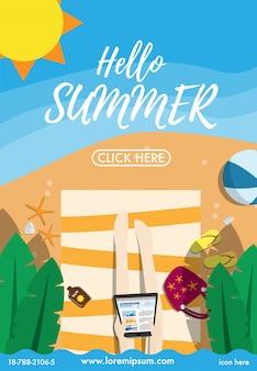 Hola verano. vista de arriba abajo de la playa blanca junto al mar con una mujer tumbada en la toalla de playa con muchos productos de playa.