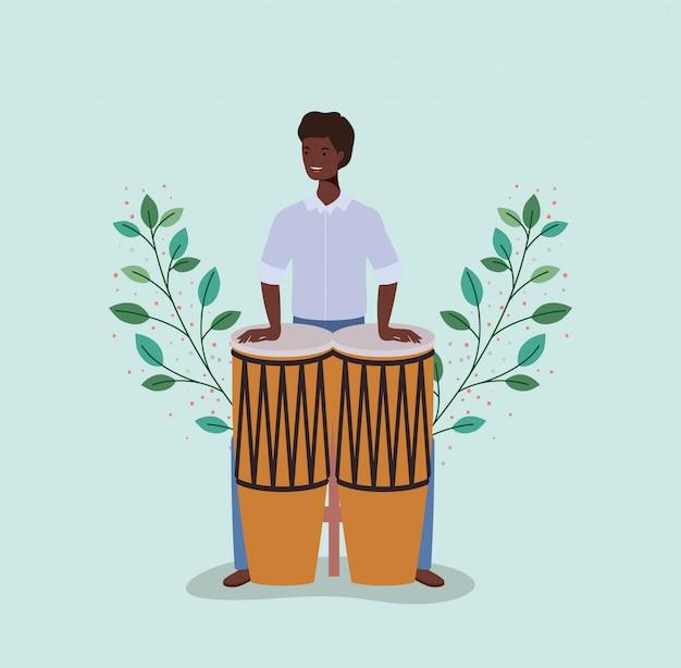 Hombre afro jugando personaje bongos
