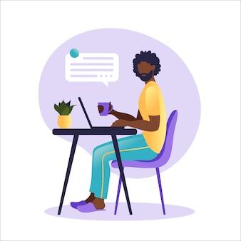 Hombre afroamericano sentado mesa con ordenador portátil. trabajando en una computadora. freelance, educación en línea o concepto de redes sociales. concepto independiente o de estudio. estilo plano ilustración.