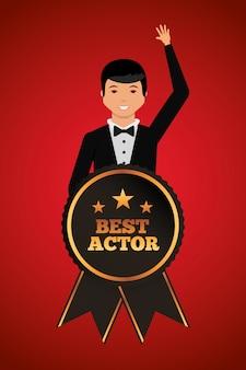 Hombre agitando en ropa elegante con premio al mejor actor