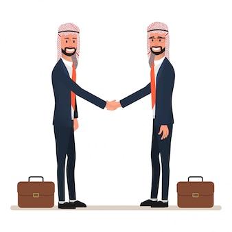 Hombre árabe dándole la mano a la asociación empresarial.