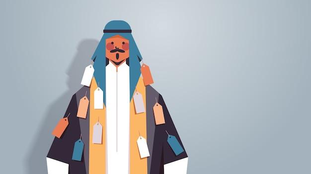 Hombre árabe con etiquetas etiquetas en la desigualdad de desgaste concepto de discriminación racial personaje de dibujos animados árabe en ropas tradicionales