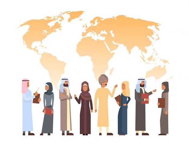 Hombre árabe y grupo de mujeres sobre el mapa del mundo, islam empresario empresaria vestida con ropa tradicional