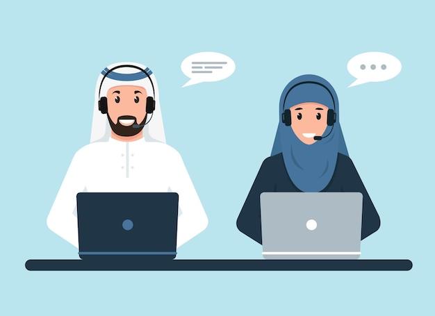 Hombre árabe y mujer árabe con auriculares, micrófono y computadoras. soporte de servicio al cliente o concepto de centro de llamadas