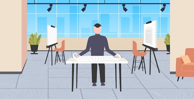 Hombre arquitecto trabajando con blueprint ingeniero redacción nuevo modelo de construcción panorámica urbana concepto de proyecto moderno dibujante estudio interior de cuerpo entero horizontal