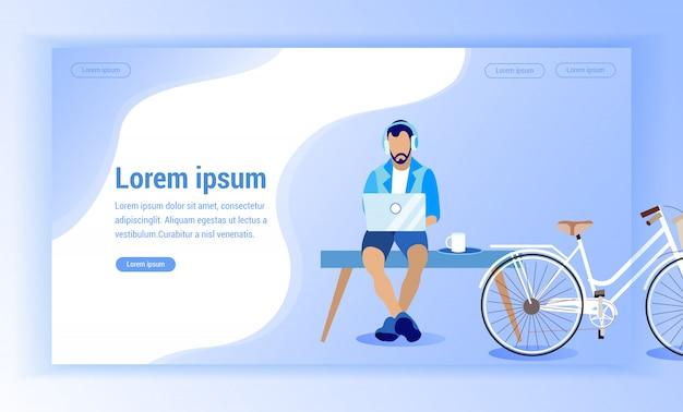 Hombre en auriculares sentado en el banco cerca de bicicleta.