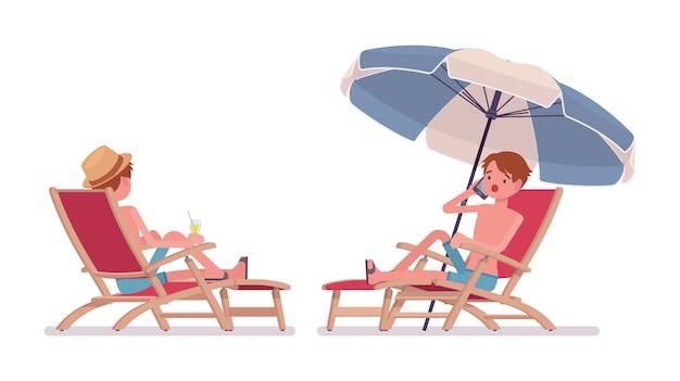 Hombre en bañador azul shorts relajantes y tomar el sol