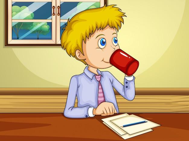Un hombre bebiendo mientras hace un informe.