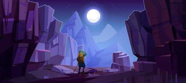 Hombre caminante en la carretera en las montañas por la noche. paisaje de dibujos animados de vector de parque natural con cañón, acantilados de piedra, rocas, luna en el cielo y turista con mochila para caminar en el camino