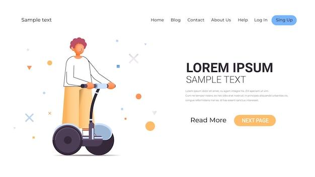 Hombre casual montando scooter eléctrico chico joven en gyroscooter transporte eléctrico personal ilustración horizontal de longitud completa