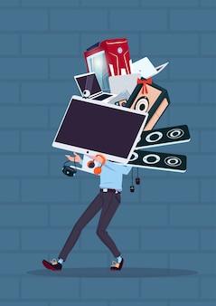 Hombre con computadora y aparatos electrónicos modernos sobre pared de ladrillo azul venta de lunes cibernético
