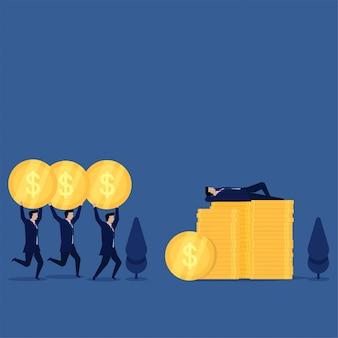 El hombre del concepto plano del negocio duerme sobre monedas y otro le trae la metáfora del gran jefe.