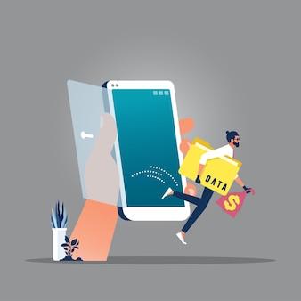 Hombre criminal ladrón sosteniendo la carpeta con datos de palabra y bolsa de dinero huyendo del teléfono móvil