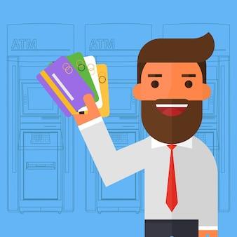 Hombre de negocios en traje muestra tarjetas de plástico