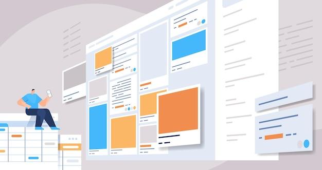 Hombre desarrollador usando un teléfono inteligente creando una aplicación móvil interfaz ui programa de desarrollo de aplicaciones web concepto de optimización de software ilustración vectorial horizontal de longitud completa